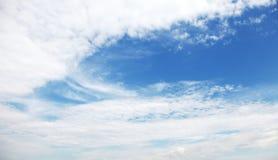 与蓝色区域的白色多云天空 木背景详细资料老纹理的视窗 免版税库存图片