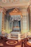 与蓝色卧室内部Gatchina宫殿的金子 免版税库存照片
