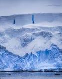 与蓝色反射的南极冰山 库存图片