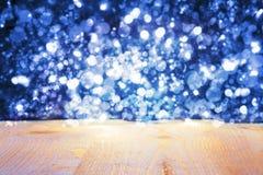 与蓝色发光的明亮的光的圣诞节背景 免版税库存图片