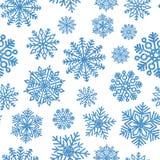 与蓝色发光的雪花的无缝的样式 衣服饰物之小金属片五彩纸屑的圣诞节装饰 免版税图库摄影