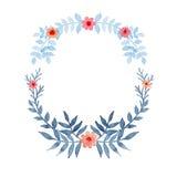 与蓝色叶子和明亮的花的水彩花圈 库存照片