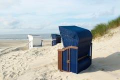 与蓝色和白色椅子的Borkum海滩 免版税库存图片