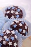 与蓝色和空白星形的巧克力果仁糖 库存照片