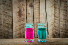 与蓝色和红色液体的两不可思议的玻璃魔药在木桌上 库存照片