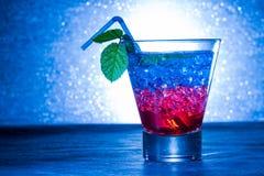 与蓝色和红色的层状鸡尾酒 免版税图库摄影