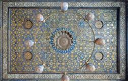 与蓝色和金黄花卉样式装饰的华丽天花板在苏丹Barquq清真寺,开罗,埃及 库存照片