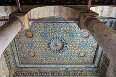 与蓝色和金黄花卉样式装饰的华丽天花板在苏丹Barquq清真寺,开罗,埃及 免版税库存图片
