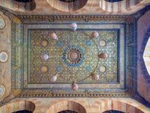 与蓝色和金黄花卉样式装饰的华丽天花板在苏丹Barquq清真寺,开罗,埃及 库存图片