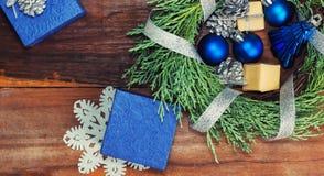与蓝色和银圣诞节的赛普里斯花圈戏弄 库存照片