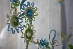 与蓝色和绿色条纹和花的绿松石纺织品 免版税库存图片