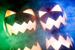 与蓝色和绿色烟的发光的南瓜为万圣夜 免版税库存照片