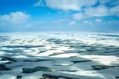 与蓝色和绿色盐水湖的沙丘在Lencois Maranhenses 图库摄影