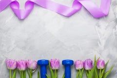 与蓝色哑铃和紫色的春天flatlay体育构成 免版税图库摄影