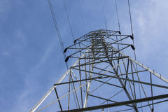 与蓝色地平线的电场塔 免版税库存图片