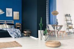 与蓝色墙壁的宽敞公寓 免版税库存照片