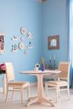 与蓝色墙壁的餐厅内部 免版税库存照片