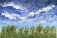 与蓝色多云天空和森林的美好的风景 免版税库存照片