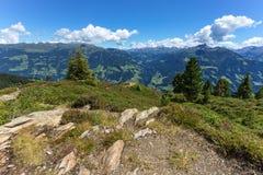 与蓝色多云天空和石头的高山风景在前景 奥地利,提洛尔, Zillertal, Zillertal高高山路, 免版税图库摄影