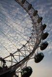与蓝色多云天空的伦敦眼在背景中 免版税库存照片