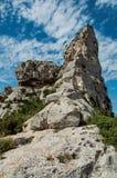 与蓝色多云天空的峭壁,在Baux de普罗旺斯附近 库存照片