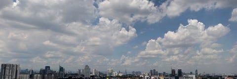 与蓝色多云天空的都市都市风景 库存照片