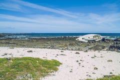 与蓝色大西洋的Lanzerote海滩 免版税图库摄影