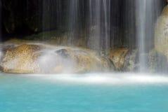 与蓝色小河的瀑布 库存图片