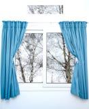 与蓝色帷幕的白色窗口在一个雨天 免版税库存照片