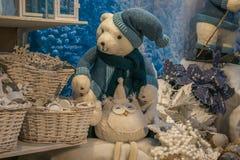 与蓝色帽子和俏丽的猫头鹰的北极熊 免版税库存照片