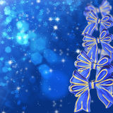 与蓝色弓的圣诞卡 免版税库存照片