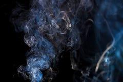 与蓝色彩色烟幕的抽象背景 库存照片