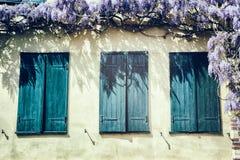 与蓝色快门的老窗口。 免版税库存图片