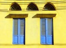 与蓝色快门的老窗口在石墙,贾法角,特拉维夫 库存图片