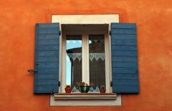 与蓝色快门的落地长窗,普罗旺斯,法国。 库存图片