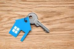 与蓝色房子形象的银色钥匙 图库摄影