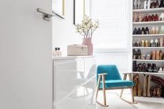 与蓝色扶手椅子的典雅的壁橱 免版税库存图片