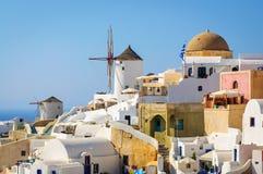与蓝色教会的传统白色建筑学在圣托里尼海岛,希腊上 库存照片