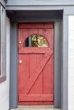 与蓝色旅行的木红色门 免版税图库摄影
