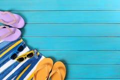 与蓝色木装饰的海滩场面 库存图片