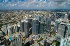 与蓝色松的云彩的空中Brickell市中心迈阿密摩天大楼高度在天空 免版税库存照片