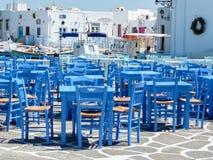与蓝色桌和椅子的Resturant在传统希腊小酒馆 库存图片
