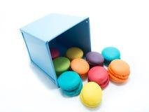与蓝色桶的五颜六色的蛋白杏仁饼干 库存图片