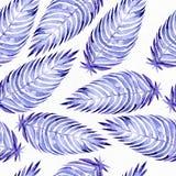 与蓝色棕榈叶的手拉的无缝的样式,画与紫色和蓝色水彩和刷子 叶子用不同的大小和 免版税库存照片