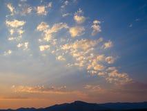 与蓝色橙色天空的美好的山风景在莱索托,南部非洲的高地的日落期间 免版税库存照片