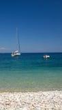 与蓝色毕业和停住的帆船的海景 免版税库存照片