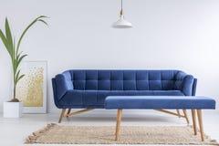 与蓝色沙发的白色公寓 免版税库存图片
