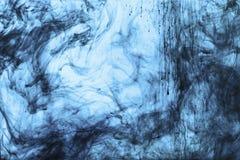 与蓝色油漆漩涡的背景  库存图片