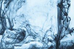 与蓝色油漆漩涡的背景  免版税库存照片