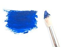 与蓝色油漆的艺术家刷子 库存图片
